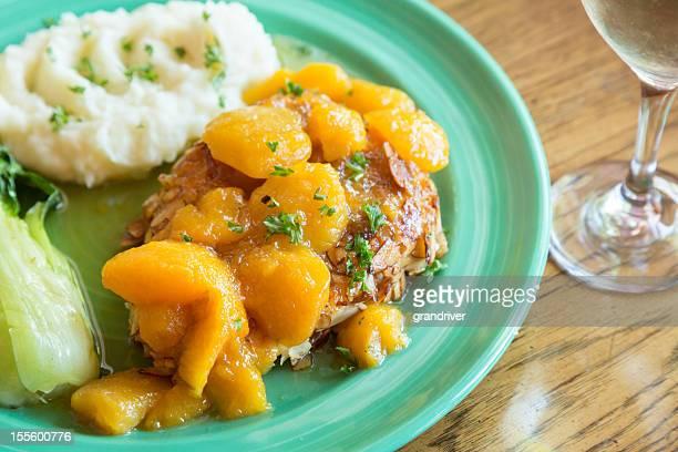 フライパンで焼いたチキン、ピーチのトップ - 白梗菜 ストックフォトと画像