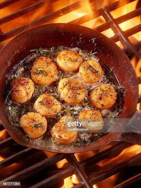 Barbecue de Saint-Jacques saisies à la poêle avec du beurre
