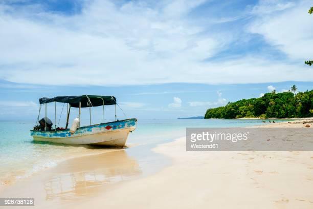 panama, bocas del toro, cayo zapatilla, boat moored at the beach - panama fotografías e imágenes de stock