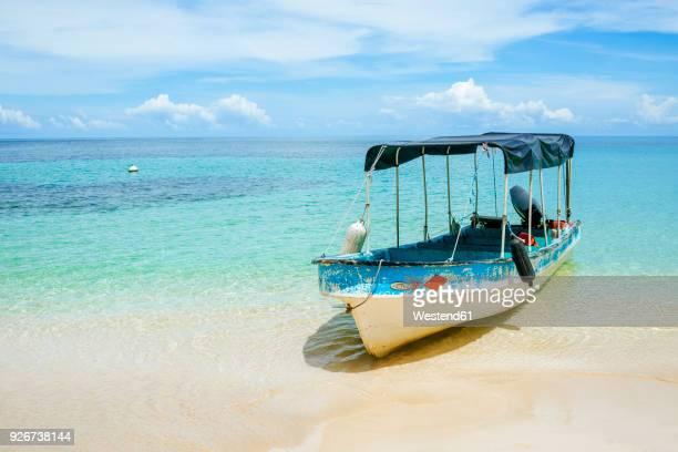 panama, bocas del toro, cayo zapatilla, boat moored at the beach - vertäut stock-fotos und bilder