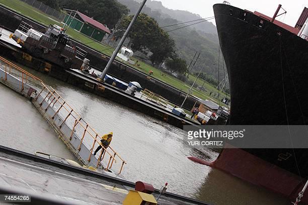 Un trabajador camina por un puente peatonal mientras el carguero Zin Beijing Monrovia espera en las Esclusas de Miraflores para cruzar el Canal de...