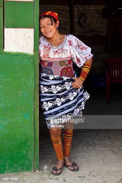 panamá: mujer de vestido de hermosos colores-kuna - mola kuna fotografías e imágenes de stock