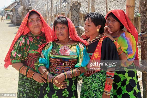 panamá: kuna cuatro mujeres en traje tradicional - mola kuna fotografías e imágenes de stock
