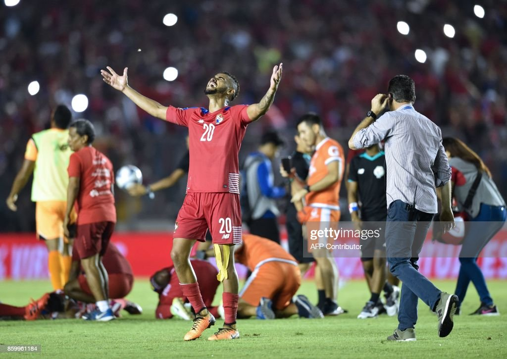 Panama player Anibal Godoy (C-L) and teammates celebrate after qualifying for the World Cup for the first time ever, in their qualifier football match Costa Rica in Panama City, on October 10, 2017. / AFP PHOTO / Rodrigo ARANGUA
