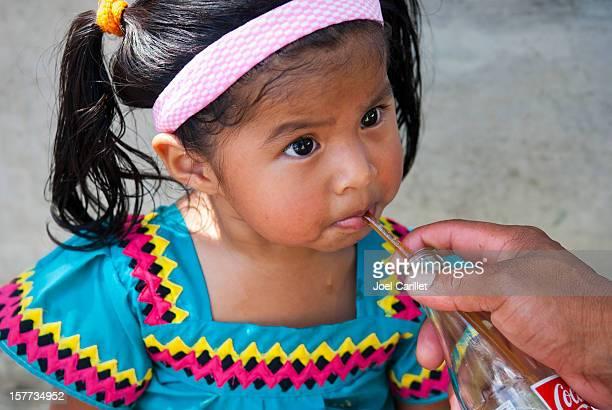 panameño chica bebiendo coca-cola - linda pop fotografías e imágenes de stock