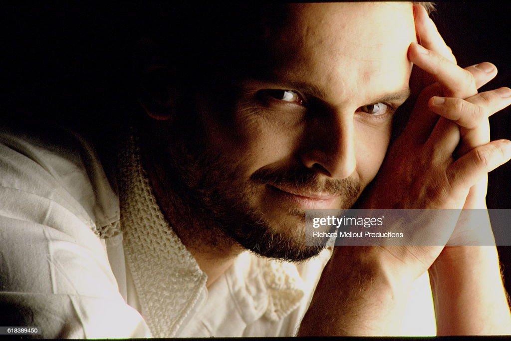 Singer-Songwriter Miguel Bose : Photo d'actualité