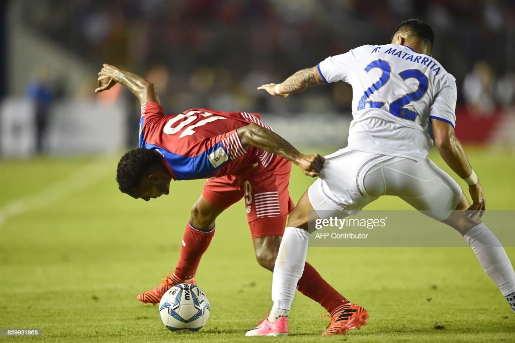 Panama's Alberto Quintero (L) and Costa Rica's Ronald Matarrita vie for the ball during their 2018 World Cup qualifier football match in Panama City, on October 10, 2017. / AFP PHOTO / Rodrigo ARANGUA