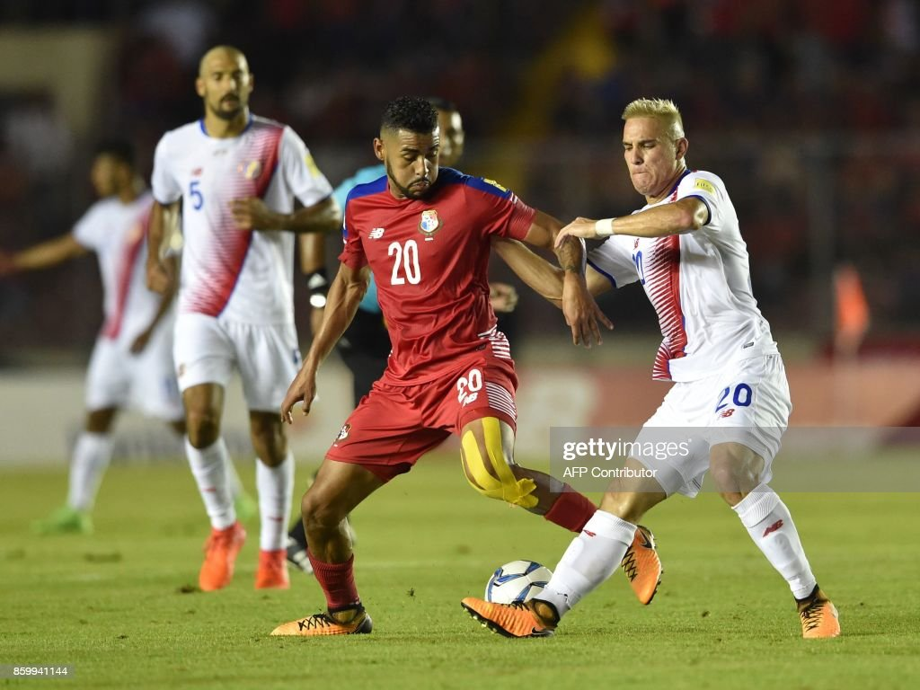 Panama's Anibal Godoy (C) and Costa Rica's David Guzman (R) vie for the ball during their 2018 World Cup qualifier football match in Panama City, on October 10, 2017. / AFP PHOTO / Rodrigo ARANGUA
