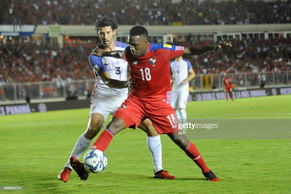 Panama's forward Luis Tejada (R) vies for the ball with USA's defender Omar Gonzalez during the 2018 FIFA World Cup qualifier football match in Panama City on March 28, 2017. / AFP PHOTO / Bienvenido VELASCO