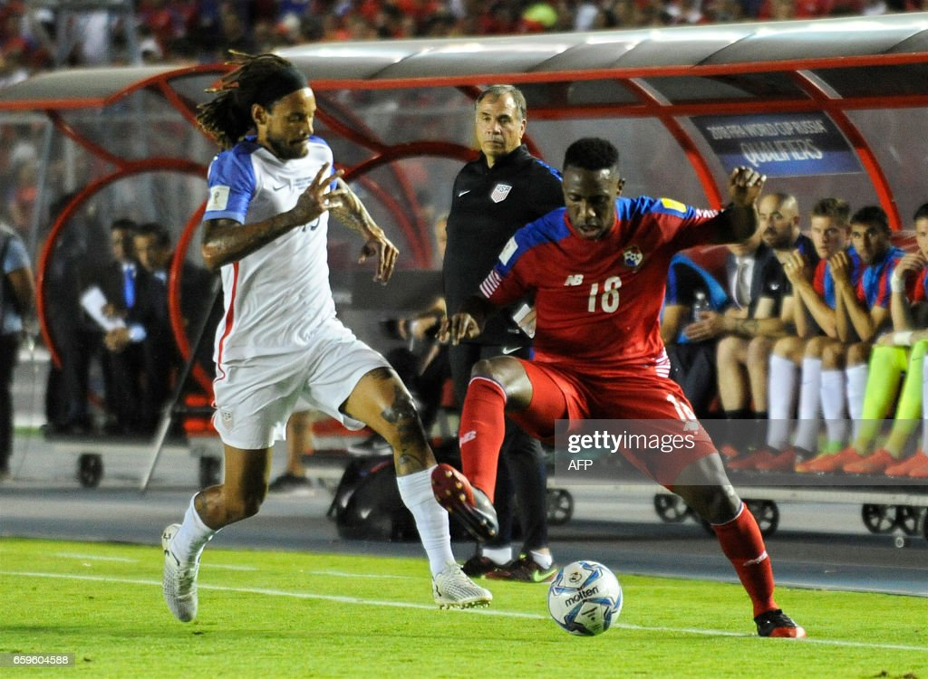 Panama's forward Luis Tejada (R) vies for the ball with USA's midfielder Jermaine Jones during the 2018 FIFA World Cup qualifier football match in Panama City on March 28, 2017. / AFP PHOTO / Bienvenido VELASCO