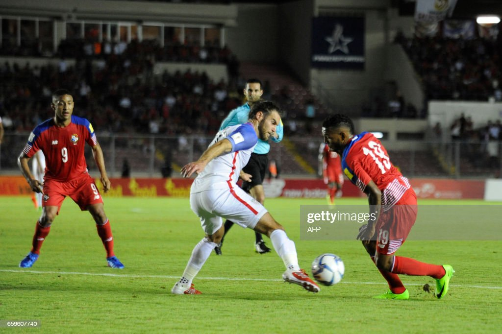 Panama's midfielder Alberto Quinteros (R) vies for the ball with USA's Graham Zusi during the 2018 FIFA World Cup qualifier football match Panama vs United States in Panama City on March 28, 2017. / AFP PHOTO / Bienvenido VELASCO
