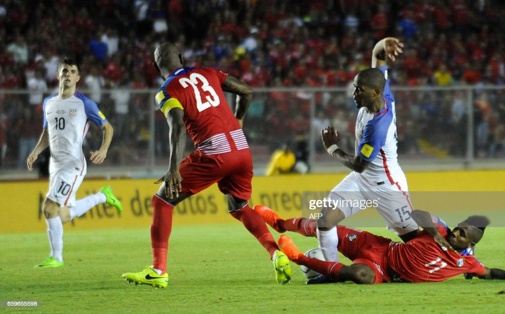 Panama's midfielder Armando Cooper (R, bottom) and Panama's defender Felipe Baloy (2-L) vie for the ball with USA's midfielder Darlington Nagbe (2-R) during the 2018 FIFA World Cup qualifier football match in Panama City on March 28, 2017. / AFP PHOTO / Bienvenido VELASCO