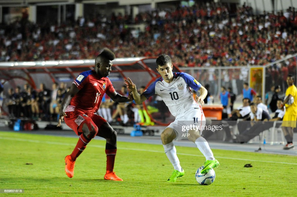 Panama's midfielder Armando Cooper (L) vies for the ball with USA's midfielder Christian Pulisic during the 2018 FIFA World Cup qualifier football match in Panama City on March 28, 2017. / AFP PHOTO / Bienvenido VELASCO