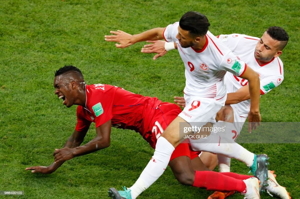 Panama's midfielder Jose Luis Rodriguez (L) vies with Tunisia's forward Anice Badri (C) during the Russia 2018 World Cup Group G football match between Panama and Tunisia at the Mordovia Arena in Saransk on June 28, 2018. (Photo by Jack GUEZ / AFP) / RESTRICTED