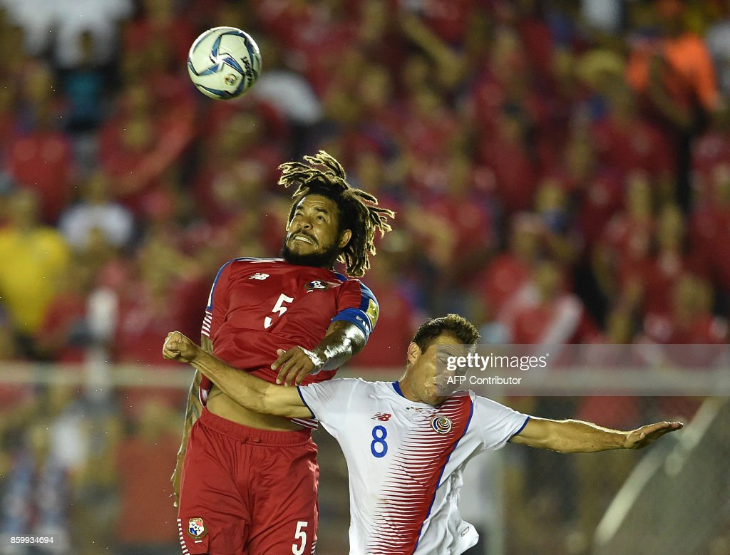 Panama's Roman Torres (L) and Costa Rica's Kenner Gutierrez vie for the ball during their 2018 World Cup qualifier football match in Panama City, on October 10, 2017. / AFP PHOTO / Rodrigo ARANGUA