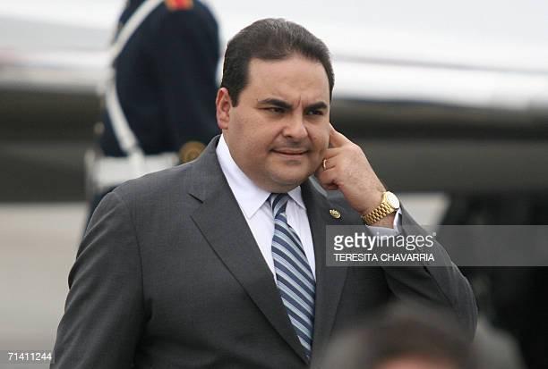 Antonio Saca presidente de El Salvador gesticula al llegar al aeropuerto Tocumen el 10 de julio de 2006 en la Ciudad de Panama Los presidentes de...