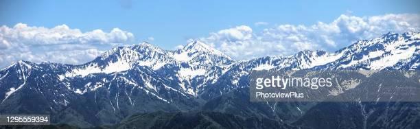 panaroma - the snow covered peaks of the wasatch mountain range - ユタ州 パークシティ ストックフォトと画像