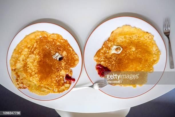 pancakes, faces on plates, overhead - irony stockfoto's en -beelden
