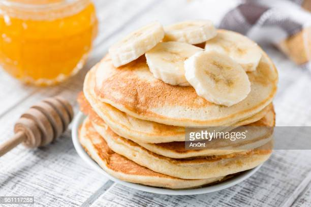 pancakes with banana and honey - pancake stock pictures, royalty-free photos & images
