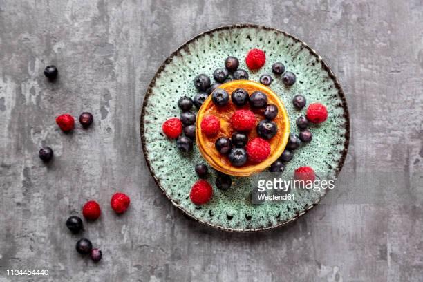 pancakes with blueberries, raspberries and black currants - dessert stock-fotos und bilder