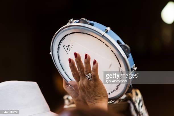 pandeiro, samba street - tambourine foto e immagini stock