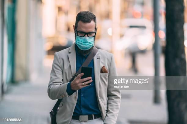 covid-19 pandemic - mascherina chirurgica foto e immagini stock