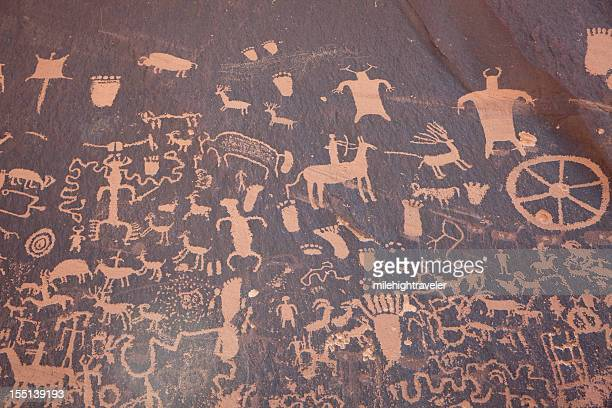 panel de nativo americano de newspaper rock petroglyphs utah horizontal - pintura rupestre fotografías e imágenes de stock