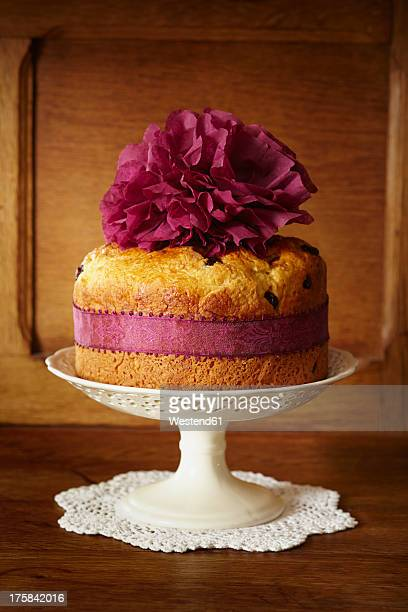 panettone cake with cranberries on cake stand - doily ストックフォトと画像
