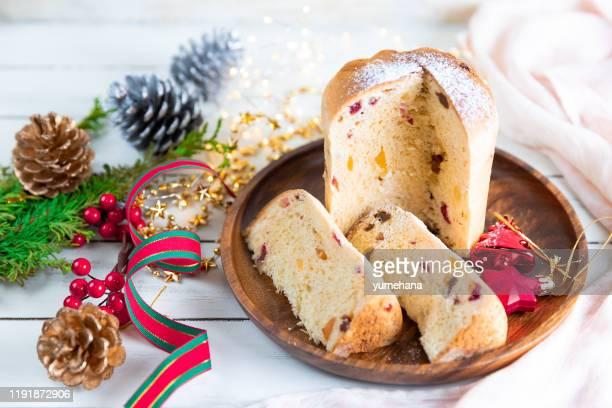 panettone tradizionale torta di natale italiana su tavolo bianco di legno - panettone foto e immagini stock