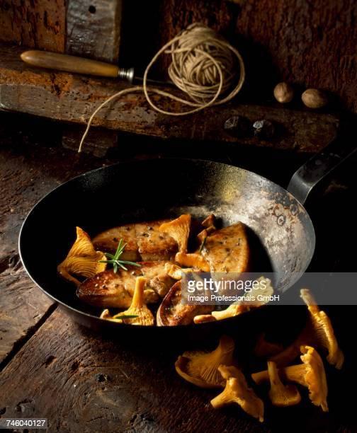 pan-fried foie gras with chanterelle mushrooms - foie gras photos et images de collection