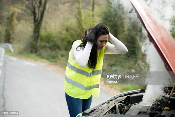 Panischen Frau schaut Rauchen Auto