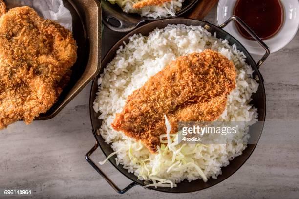 escalopes de porc croustillant en croûte panko sur du riz cuit à la vapeur - tonkatsu photos et images de collection