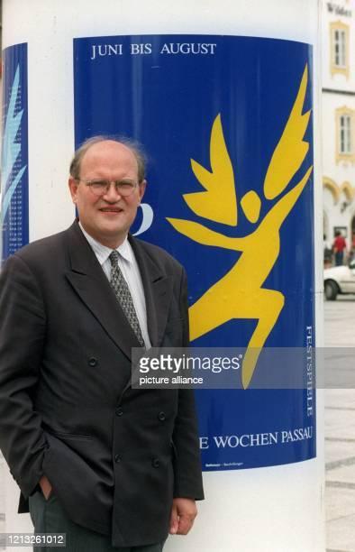 """Pankraz Freiherr von Freyberg, Intendant der """"Europäischen Wochen"""" in Passau, steht am 26.6.1998 in dem niederbayerischen Ort vor einem..."""