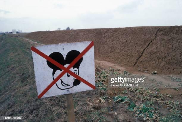 Panneau de protestation contre la construction du parc Euro Disney à Magny-le-Hongre, en Seine-et-Marne, France.