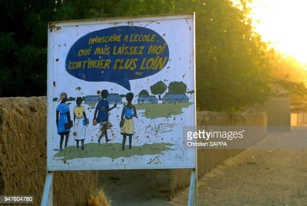 Panneau favorisant l'inscription à l'école et de pouvoir étudier Ati circa 1990 Tchad