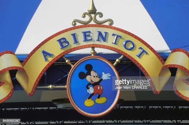 Panneau à la sortie du parc d'attractions Euro Disney, à Marne-la-Vallée, en Seine-et-Marne, France.