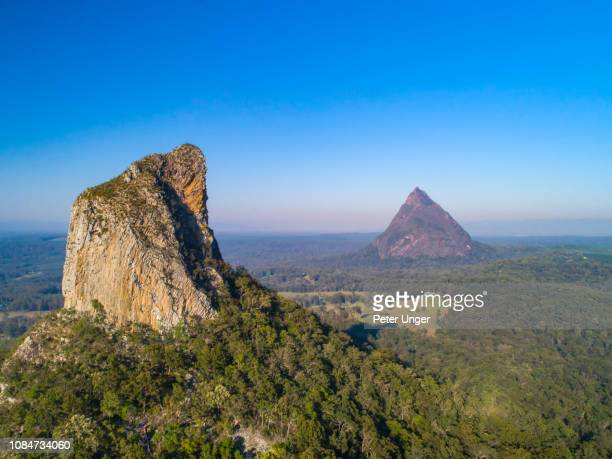 panorama aerial view of mount coonowrin with mount beerwah in the background,glasshouse mountains,queensland,australia - great dividing range stock-fotos und bilder