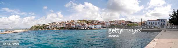 panorama desde pylos, pequeño pueblo en el peloponeso, grecia - messenia fotografías e imágenes de stock