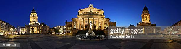 panorama, gendarmenmarkt during the blue hour, mitte, berlin, germany, europe - gendarmenmarkt - fotografias e filmes do acervo