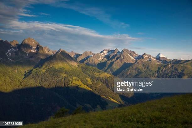 Panorama mit höchstem Berg Österreichs - Grossglockner schneebedeckt in Morgensonne