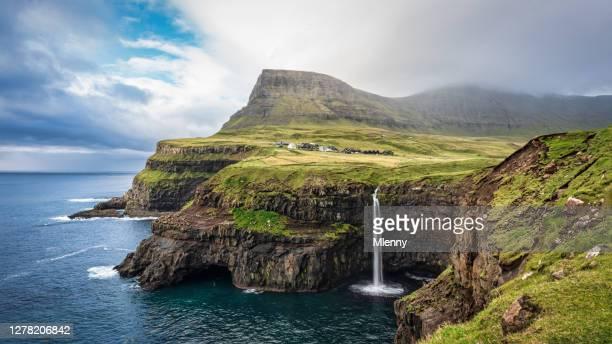panorama mulafossur cascada gásadalur village vágar islas feroe - islas faroe fotografías e imágenes de stock