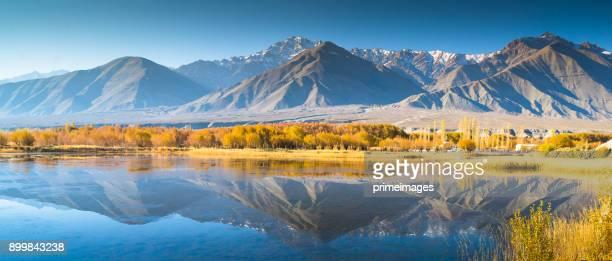panorama of a nature and landscape view in leh ladakh india - le quattro stagioni foto e immagini stock