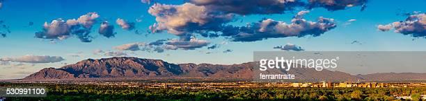 Panorama del horizonte de la ciudad de Albuquerque y Sandia Peak