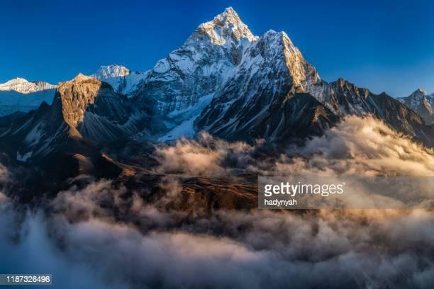 panorama du beau mont ama dablam dans l'himalaya, népal - himalaya photos et images de collection