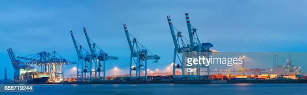 panorama de la terminal de carga al atardecer, puerto de hamburgo, alemania - dársena fotografías e imágenes de stock