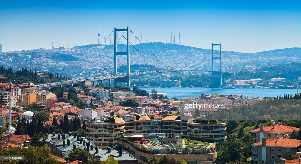 Panorama de Estambul vista a la ciudad y al puente del Bósforo : Foto de stock