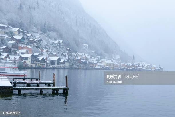 panorama der hallstätte hallstatt zur wintersaison, salzkammergut, österreich - hallstatt stock-fotos und bilder