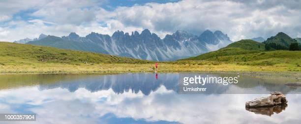 Panorama der Salfains See in Österreich mit kleinen Mädchen laufen