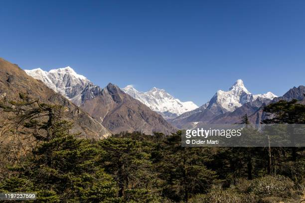 panorama of the khumbu valley with the taboche peak, mt everest, lhotse and the ama dablam in the himalayas in nepal - khumbu stock pictures, royalty-free photos & images