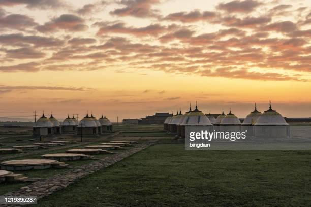 panorama dos yurts na pastagem chinesa - hohhot - fotografias e filmes do acervo